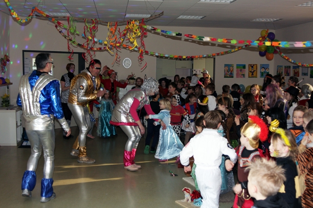Karnevalsparty im Regenbogenraum